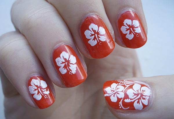 крупные белые цветы на ногтях