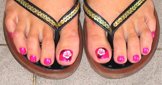 яркий дизайн педикюра, розовый лак на ногах