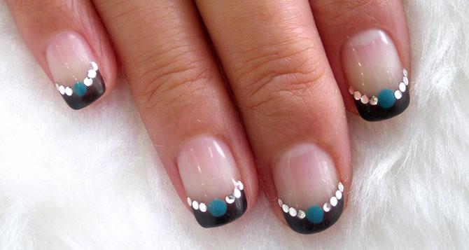 черный френч на коротких ногтях в восточном стиле
