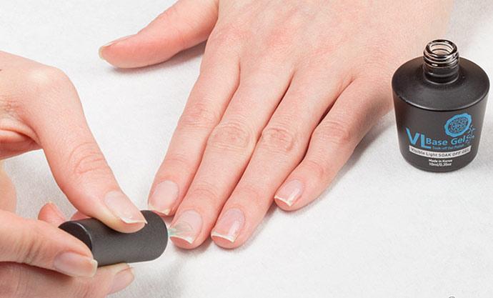 Наносим базу на ногти