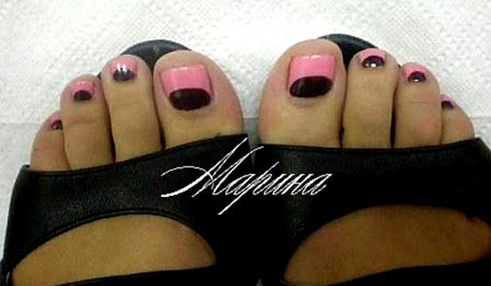 черный розовый педикюр