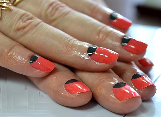 лунный маникюр оранжево-красный лак и черный