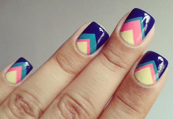 При создании рисунка на коротких ногтях старайтесь смещать узор вбок ногтя. . Такой узор смотрится более аккуратно
